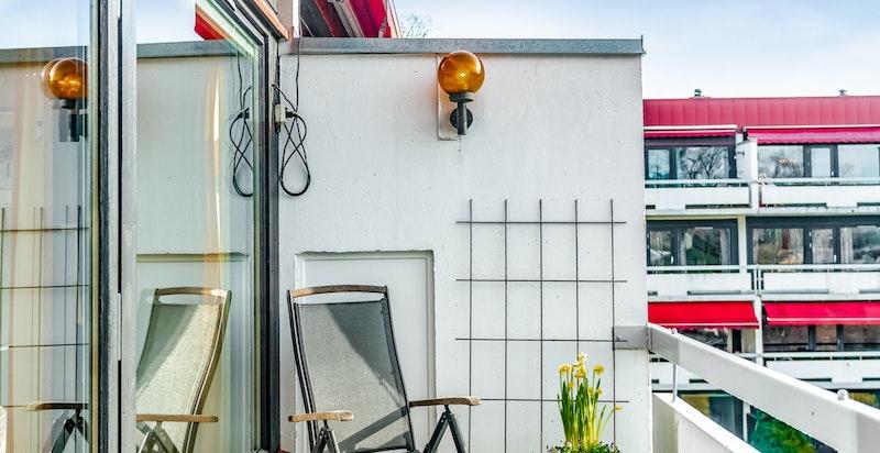Terrassen er solrik og har motorisert markise.