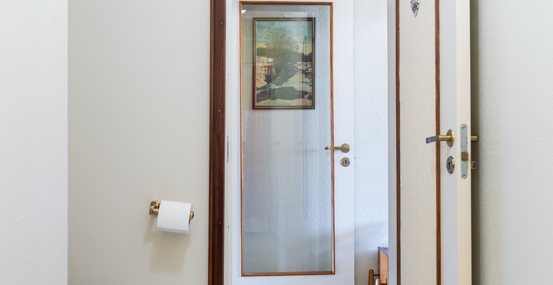 2. etasje;toalettet i badet og vider ut til trappehallen.