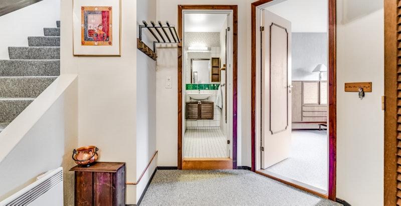 Gang2. etasje; entreenog trappehallen med inngang tilbåde dusj/toalettet og 2 soverom.