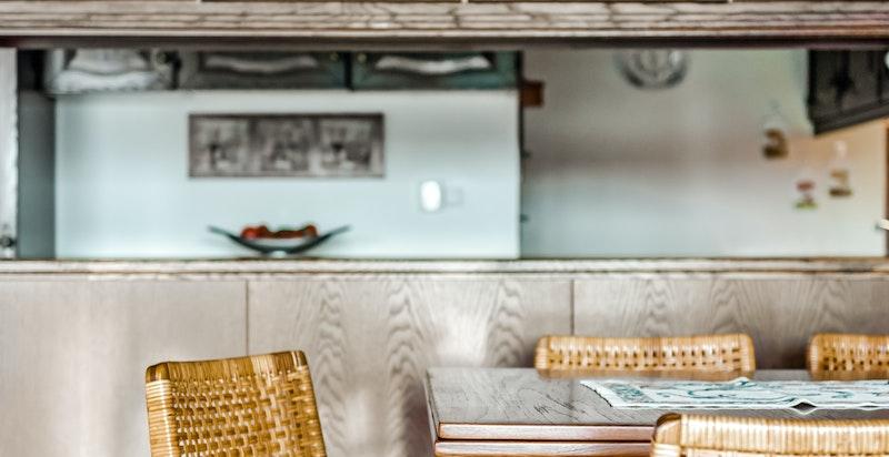 Spisebordet danner skille mellom kjøkkenet og dagligstuen.