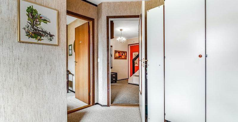 2. etasje; soverommet med skap og inngang til soverom nr 2 og trappehallen.