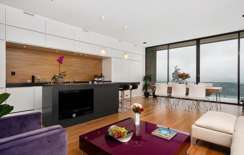 Åpen løsning med kjøkken, stue og spisestue og adkomst til terrasse