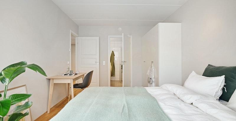 Hovedsoverommet har god plass til dobbeltseng, garderobeskap og tilhørende møblement.