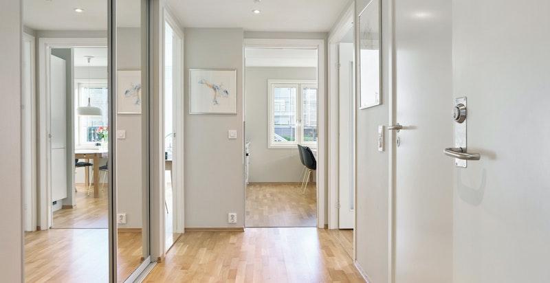 Lys og stor entré sikrer et godt førsteinntrykk av leiligheten