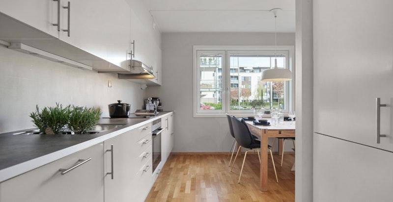 Kjøkkenet er utstyrt med induksjons koketopp, stekeovn, kjøleskap, fryser fra Siemens og oppvaskmaskin fra Bosch.