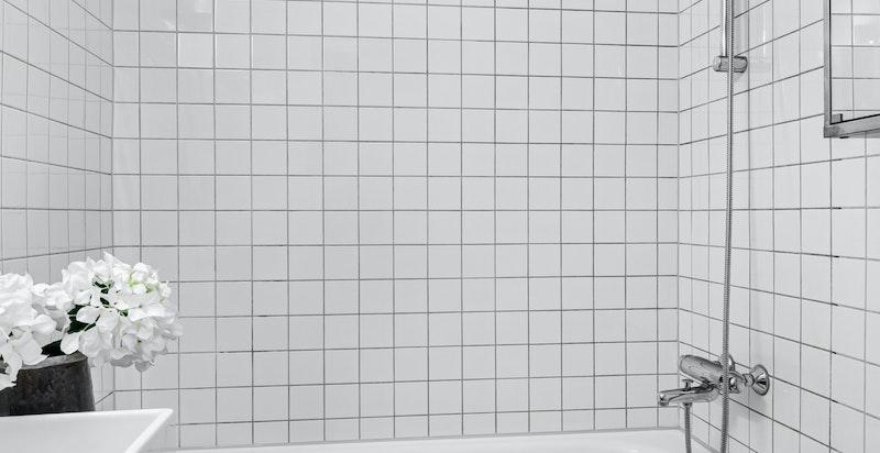 Flislagt bad med innmurt badekar