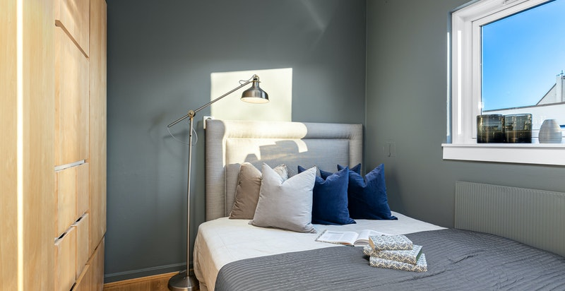 Soverom med stort garderobeskap. Plass til dobbeltseng (1,40)