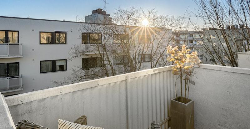 Balkong med morgen- og formiddagssol