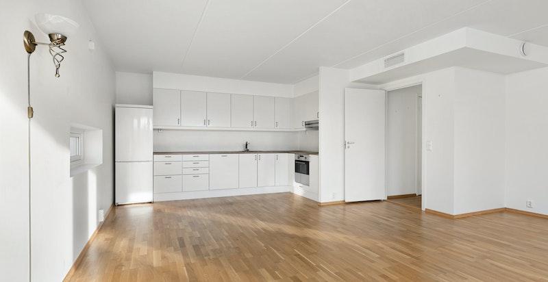 Kjøkkenet er utstyrt med rustfri servant, ettgreps blandebatteri, ventilator over platetopp samt integrert platetopp, stekeovn og oppvaskmaskin.
