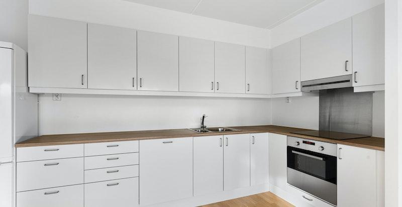 Kjøkkenet er praktisk designet med gode benke- og skapplass. Takskapene har foring opp til tak.
