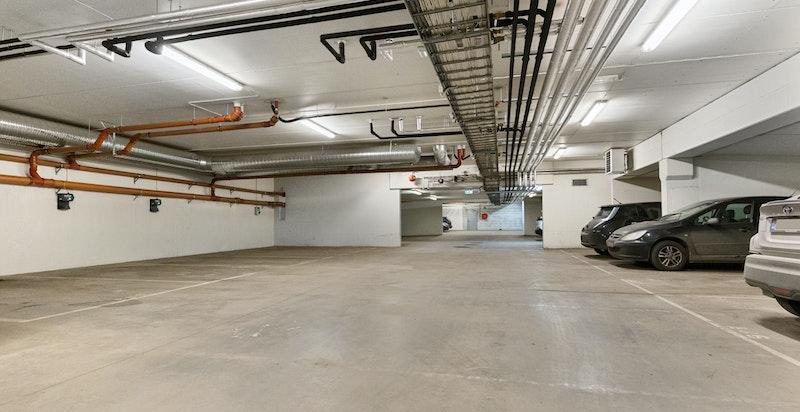 Det medfølger garasjeplass i underliggende kjeller.
