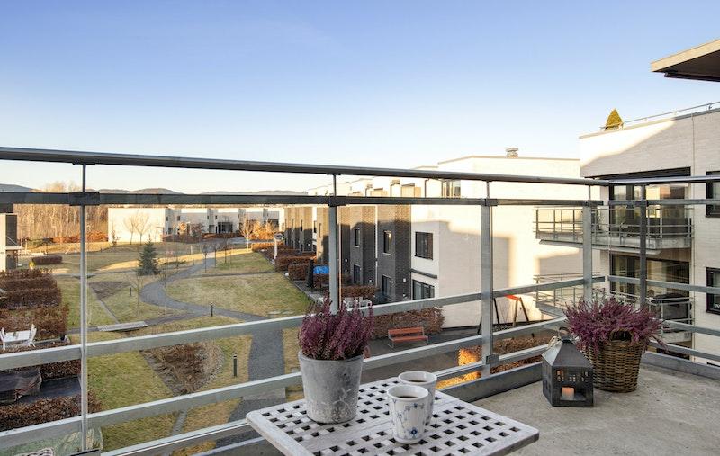 Boligen har en vestvendt balkong med flott utsyn og svært gode solforhold