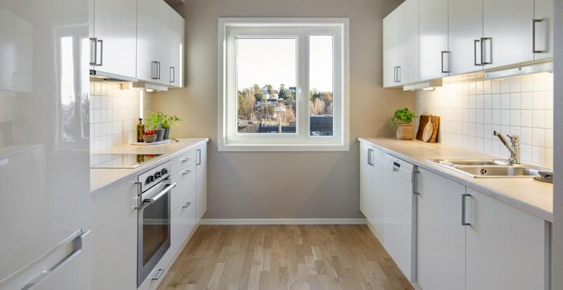 Pent HTH kjøkken med integrerte hvitevarer