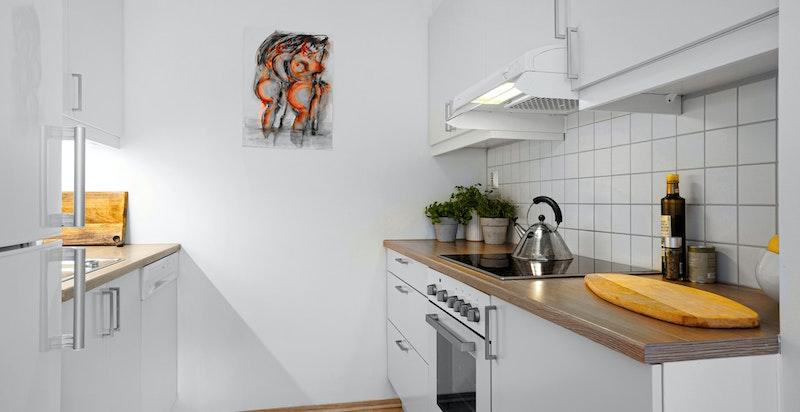 Pent kjøkken fra Sigdal med integrert oppvaskmaskin og komfyr