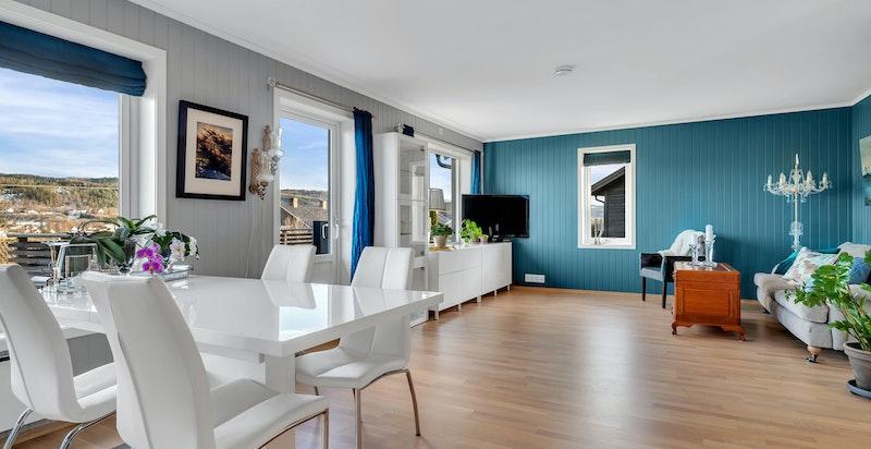 Stuen/kjøkkenet har store vindusflater som gir flott utsikt og rikelig med lys.