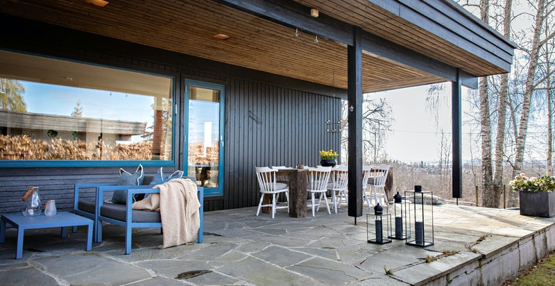 Terrassen er belagt med bruddskifer som holder på varmen fra dagen utover kvelden
