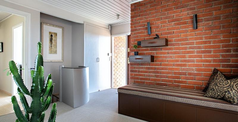 Stor og innbydende entré/ hall med garderobeplass i bod vis a vis