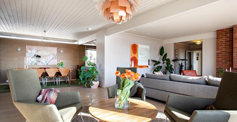Herlig stor stue med store vindusflater som bringer lyset inn. Gode oppholdssoner og klassisk gruepeis