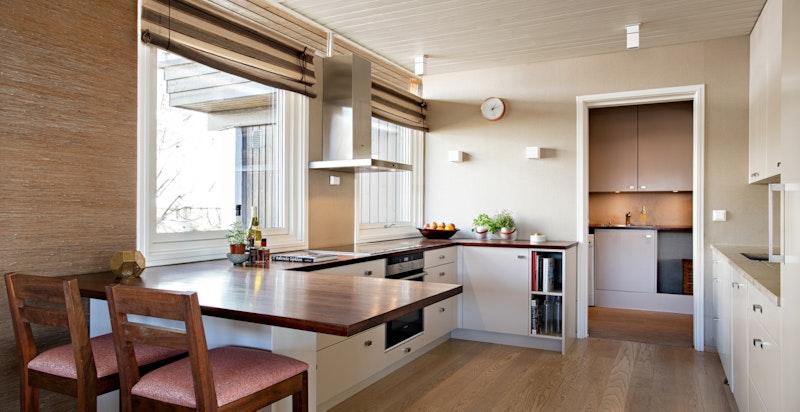 Stort kjøkken med god arbeidsplass og skapplass og med inngang til grovkjøkken