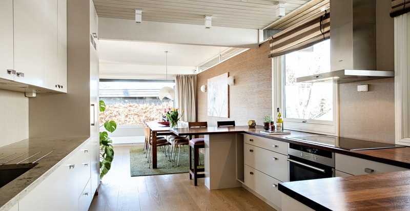 Kjøkkenet har åpen løsning mot spisestuen og det er lett å servere middagen på den store terrassen rett utenfor