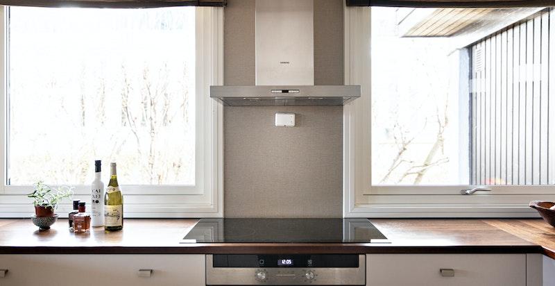 Kjøkkenet har også store vindusflater