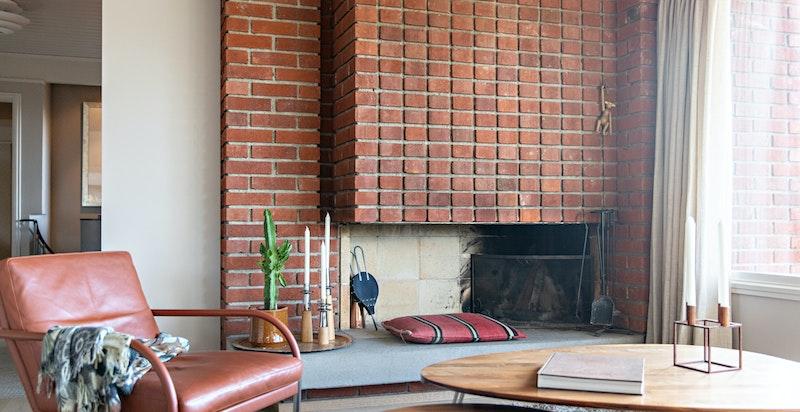 Flott klassisk gruepeis som er et lunende element i den lyse stuen og understreker funkisstilen