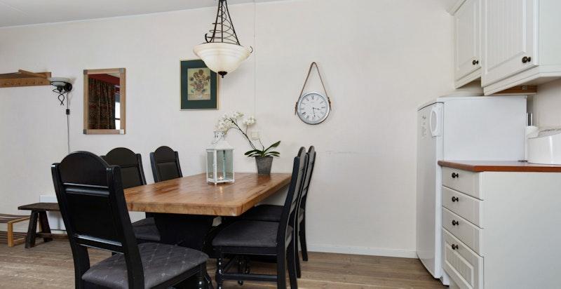 På kjøkkenet er det plass til en spisestue med 6-8 stoler.