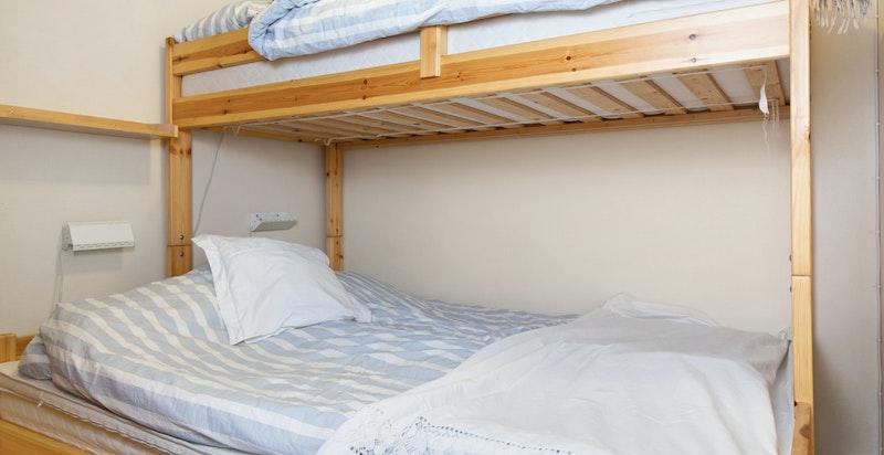 Hovedsoverommet innehar familiekøy med 150 cm seng nede og enkeltseng oppe.