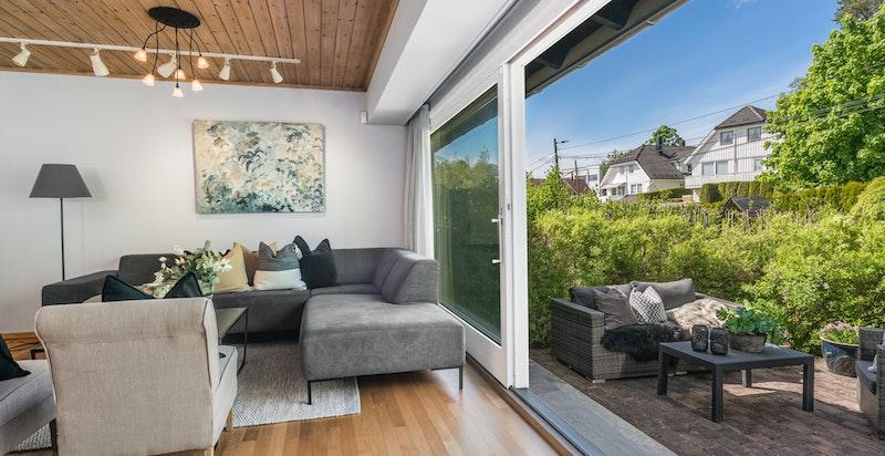 Stuen har direkte utsyn til hagen.