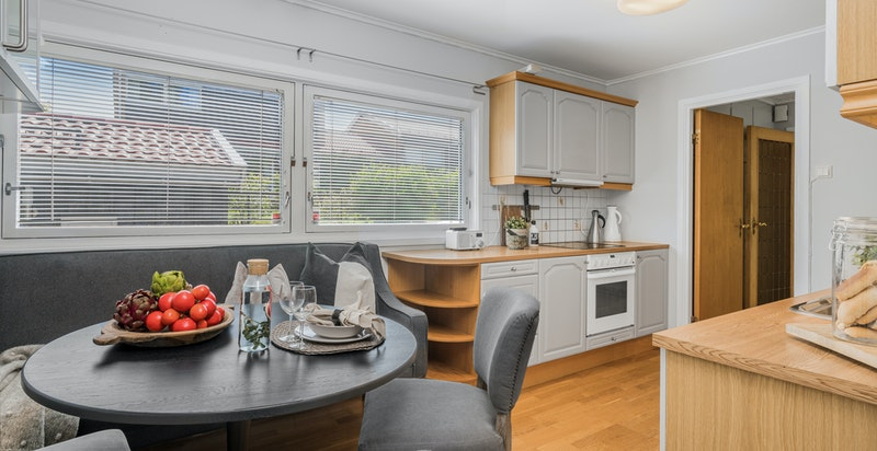 God plass for spisebord på kjøkken. Store gode vinduer.