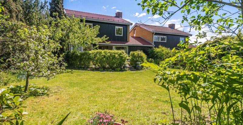 Familiebolig med fantastisk hage og utearealer. Gode solforhold.