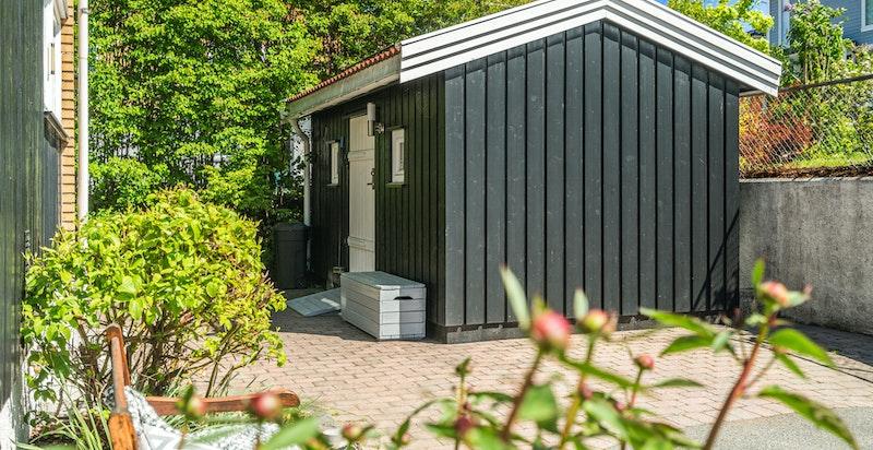 Uthus/bod med god plass for hageredskaper etc.