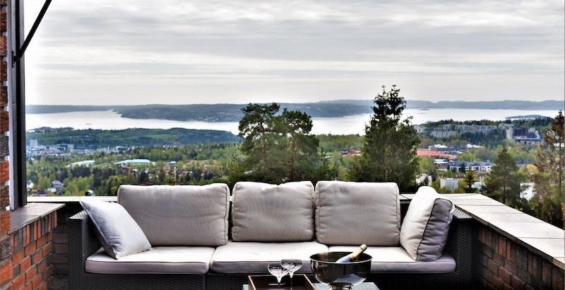 Detalj terrassen med den fantastiske utsikten