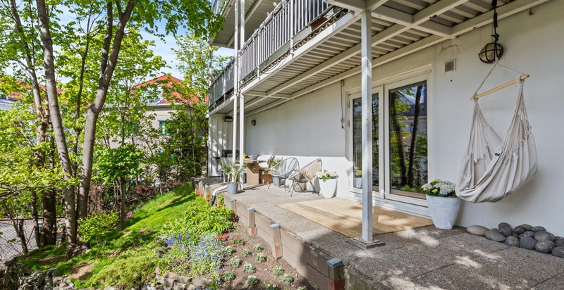 Bod på ca 4,3 kvm på terrassen, praktisk til lagring av hagemøbler, redskaper etc