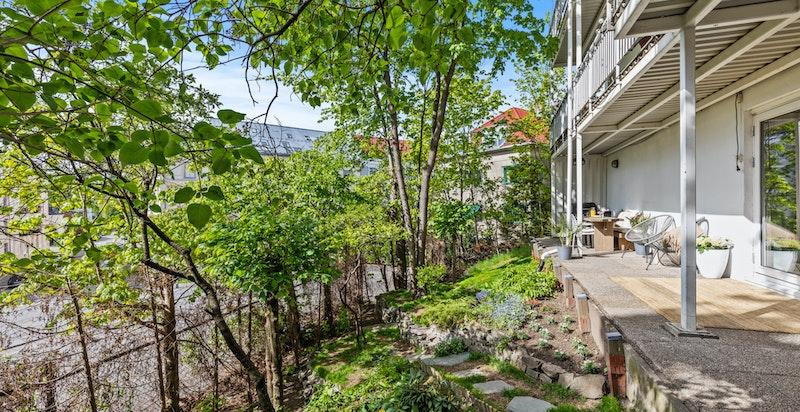 Usjenert vestvendt overbygget terrasse på ca 22 kvm med meget gode solforhold
