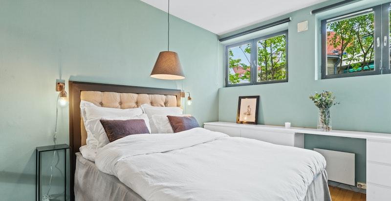 Romslig soverom med god plass til dobbeltseng