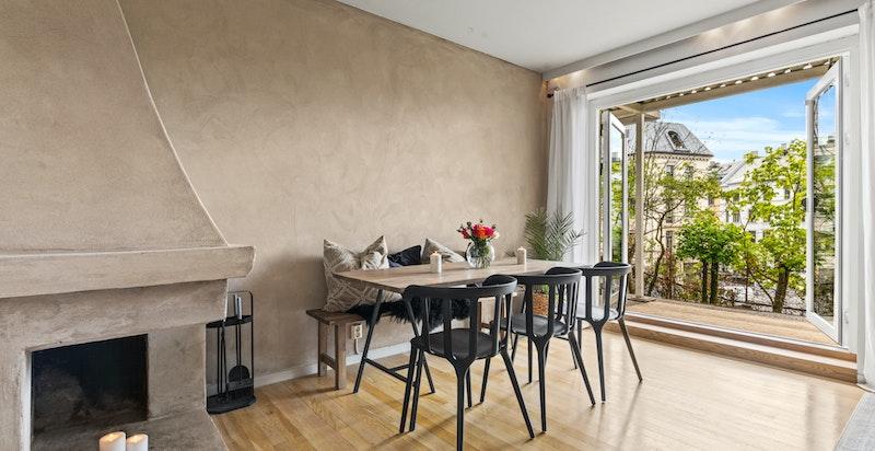 ?Luftig og romslig stue med en nydelig, åpen hjørnepeis og varmende vedovn
