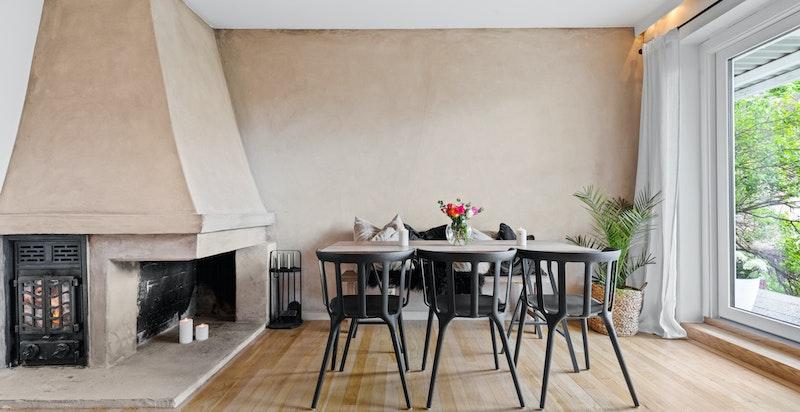 God plass til stort spisebord i stue. Her kan man dekke på til mange gjester