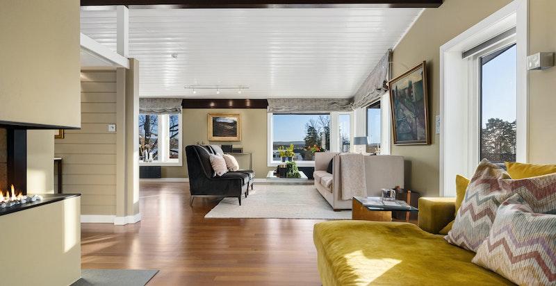 Stue med store vindusflater og utgang til terrasse