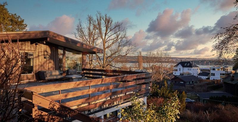 Skiferlagt terrasse på 52 m² med nydelige sol- og utsiktsforhold