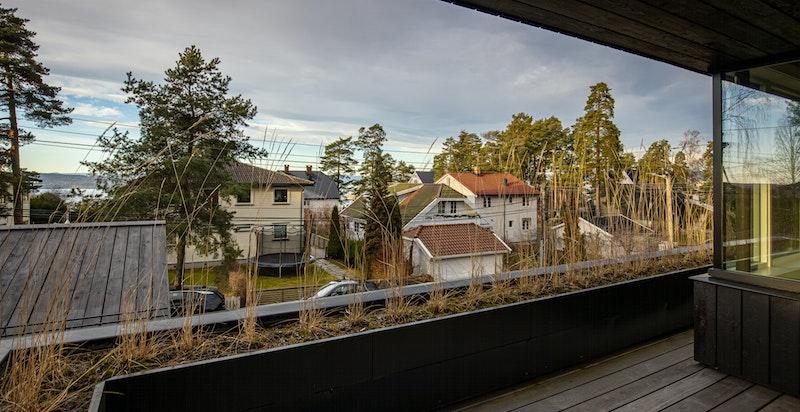 Vestvendt balkong med utgang fra spisestue (2.etg.)