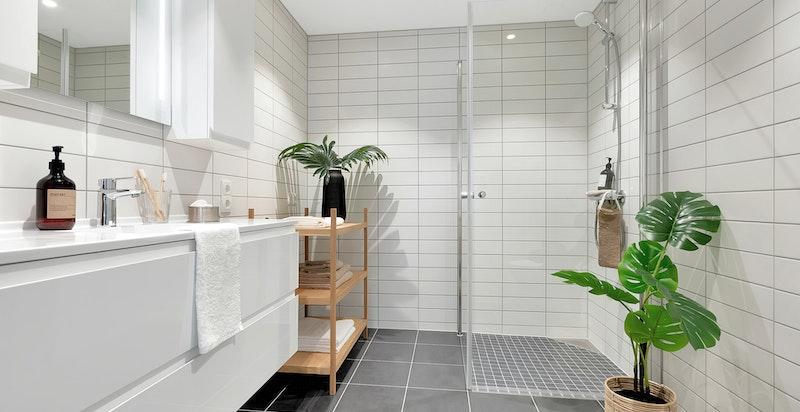 Bad med moderne innredning fra Sigdal, vask i porselen med overhengende speilskap