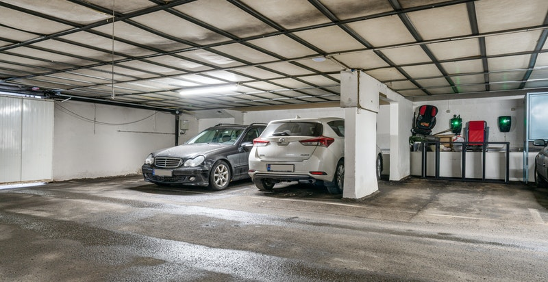 Det medføgler én garasjeplass i felles anlegg.