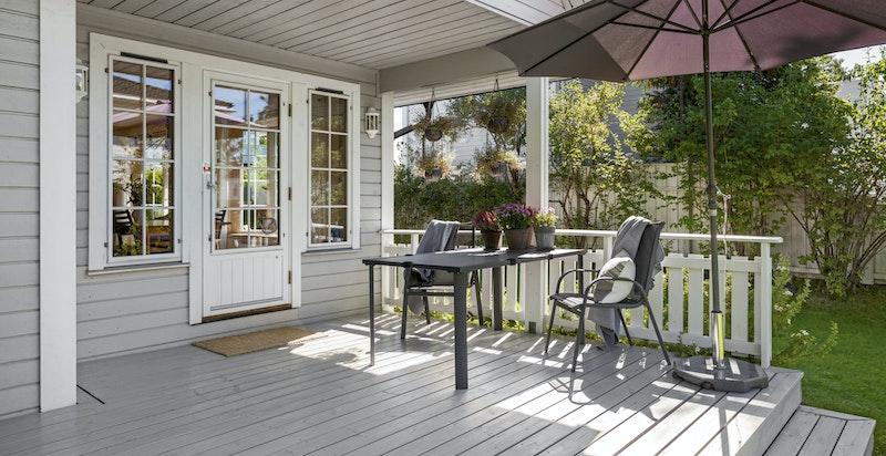 Detalj fra husets fine terrasse og hagen