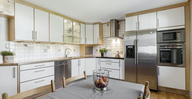 Stor spiseplass på kjøkkenet og rikelig med skapplass