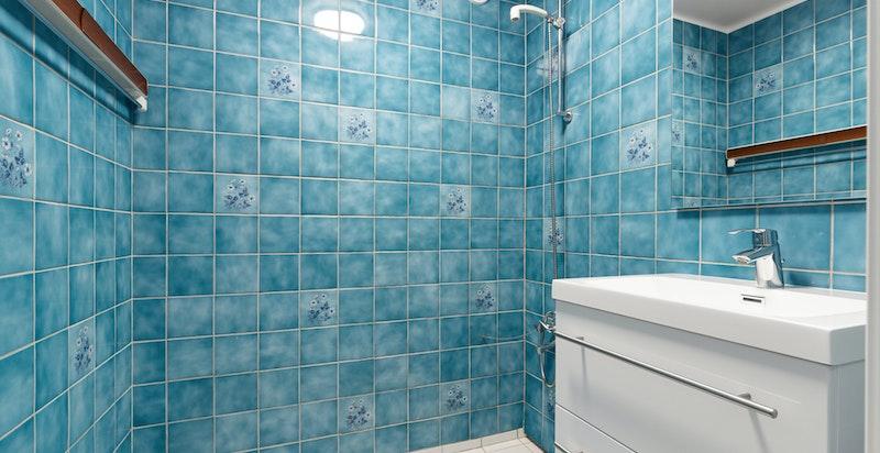 Flislagt bad med nyere servantmøblement. Oppussing må påregnes.