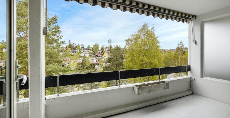Solrik vestvendt terrasse på 14 kvm med flott utsyn. Terrassen oppleves som privat med lite innsyn.