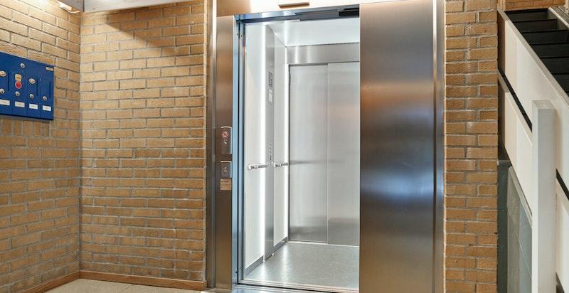 Terrasseleiligheten ligger i 2.etasje. Heisadkomst fra garasje og opp til leilighetsplan.