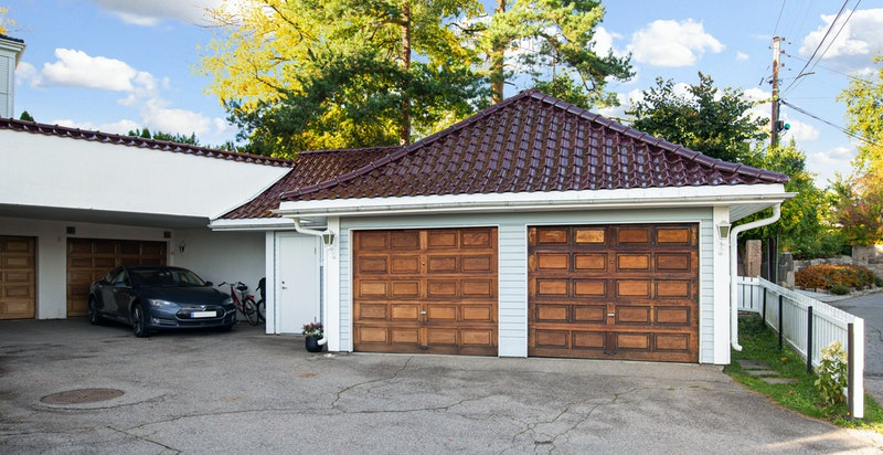 Parkering i garasje til høyre på bildet - Samt 2 gjesteplasser på sameiets tomt