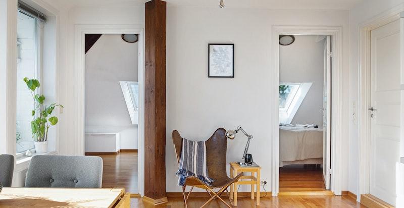 Stue med inngang til begge soverommene